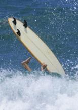 Si el Alzheimer fuera un tsunami, confiaríamos poco en este surfer.