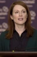 Julianne Moore encarna a la profesora Alice Howland. La foto corresponde a la charla que el personaje ofrece en una sede de la Alzheimer's Association.