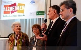 El viceministro Castagneto, con micrófono en mano. Lo escoltan el Dr. Taragano y Ana María Bosio de Baldoni y Elsa ghio de A.L.M.A.