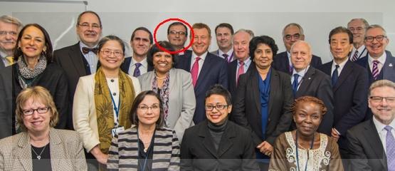"""El Dr. Allegri, en la foto oficial del CMD """"re-formado"""". Posa justo detrás del presidente saliente Gillings."""